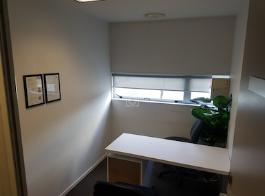 Shared and private office spaces image 5